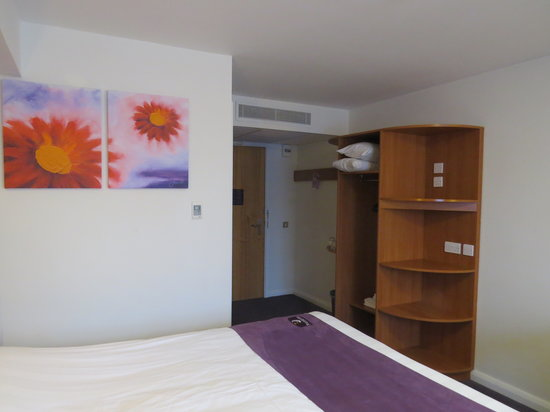 Premier Inn Littlehampton Hotel: Room 9 with the ghastly ubiquitous picture