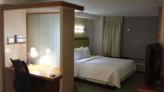 SpringHill Suites Flagstaff: Bedroom and desk area