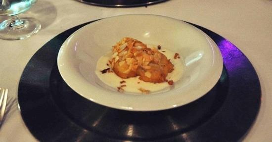 Atempo Weekend Bistrot: Crujiente de bacalao con almendras laminadas y crema de coliflor.