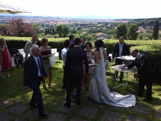 Aperitivo nel magnifico giardino foto di villa viviani for Giardino orticoltura firenze aperitivo