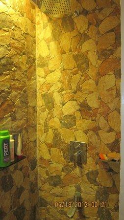 Montani Beach Resort: nice shower