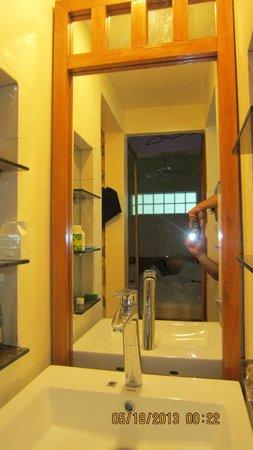Montani Beach Resort: bath sink