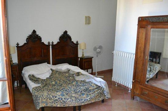 Hotel Medici: Bed and ventilator