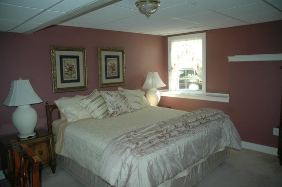 Shells By The Sea B&B: Ground king bed private bath