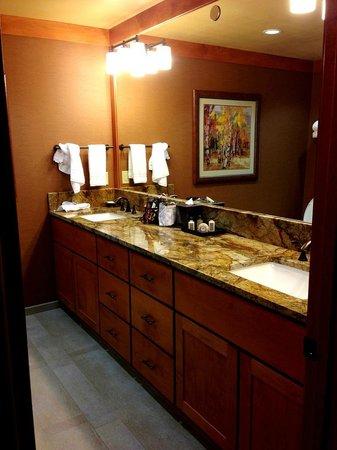 Wyoming Inn of Jackson Hole: Bathroom Counter Space