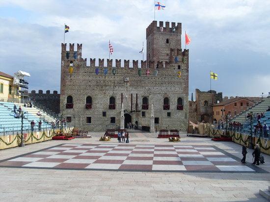 Partita a Scacchi di Marostica a personaggi viventi: La piazza degli scacchi
