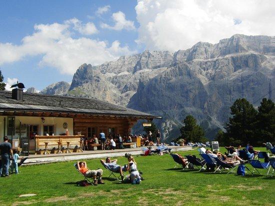 Baita Vallongia: Tanta gente ... ma che panorama