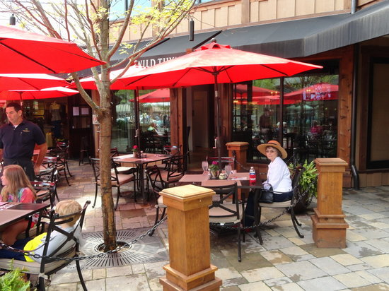 Wild Thyme Gourmet: Outside seating