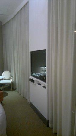 City Suites Taipei Nanxi: TV with curtain