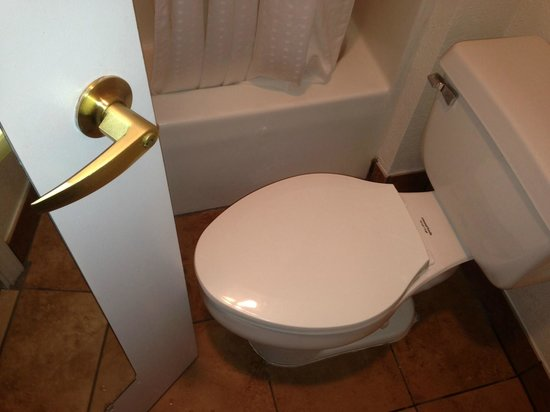 Holiday Inn Express Fayetteville: Small space between door and toilet
