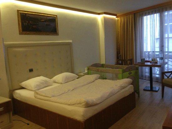 Galata Palace Hotel: Notre chambre avec un lit pour bébé
