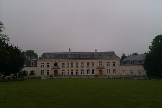 Le Chateau de Cocove : View from the front lawn