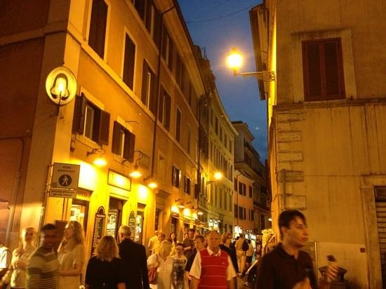 Hotel delle Nazioni: Very safe area even at night! Always people around!