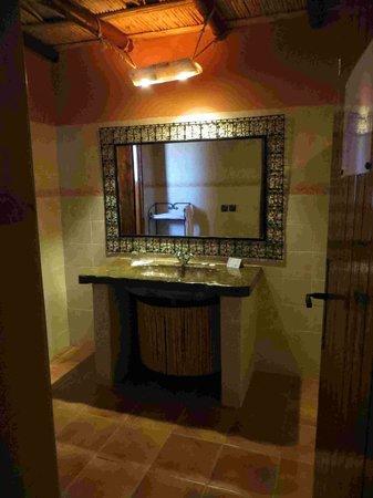 Kasbah Hotel Chergui: Bad Mit Waschtisch Aus Fossilem Stein