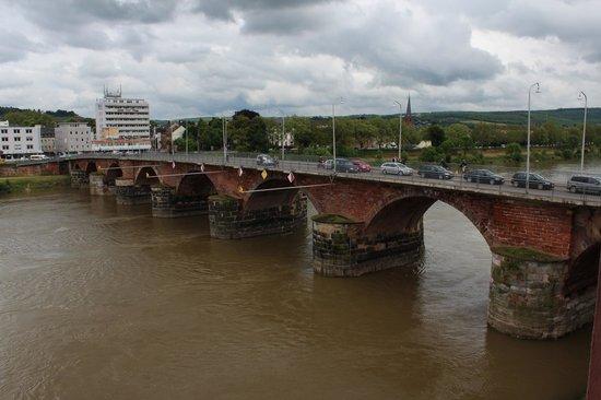 Hotel  Roemerbruecke : View of the historic Roman bridge from hotel room
