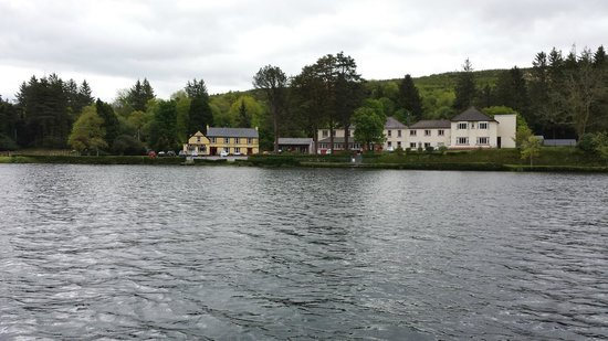 Gougane Barra Hotel: The view of the hotel from the lake
