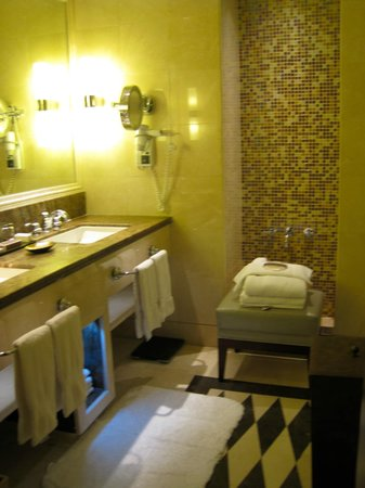 Raffles Makkah Palace: Clean and functional bathroom