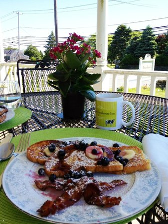 Escobar's Farmhouse Inn: We decided to have breakfast on the porch out front