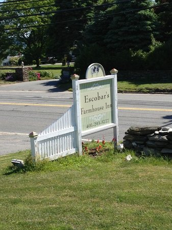 Escobar's Farmhouse Inn: Signage out front