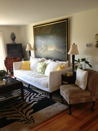 Escobar's Farmhouse Inn: Living Room again