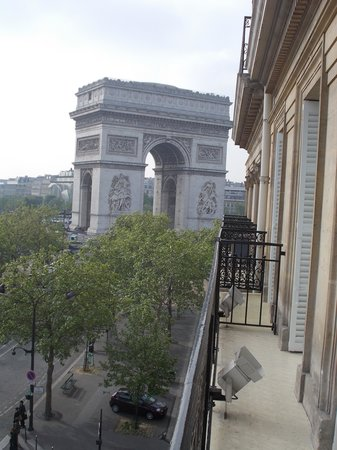 Splendid Etoile Hotel: View of the L'Arc de Triomphe from our hotel balcony