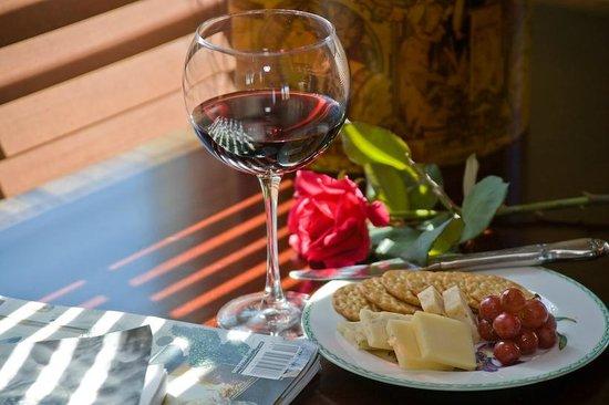 George Brooks House B&B: Wine - Cheese in room