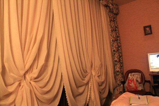 Hotel-Landgasthof Falken: Granny's curtains