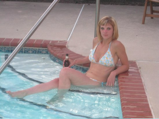 George Brooks House B&B: Cold Beer in a warm pool . . Ahhhh!