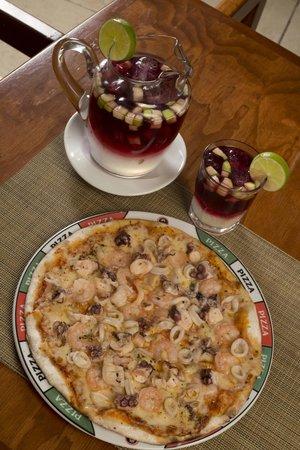 Rolandi's: Sangría e Pizza... perfecto!!