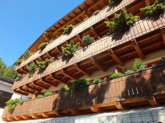 Ganischgerhof Mountain Resort & SPA: Balconies of the Resort from the garden