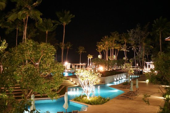 Outrigger Laguna Phuket Beach Resort: Pool area in the evening