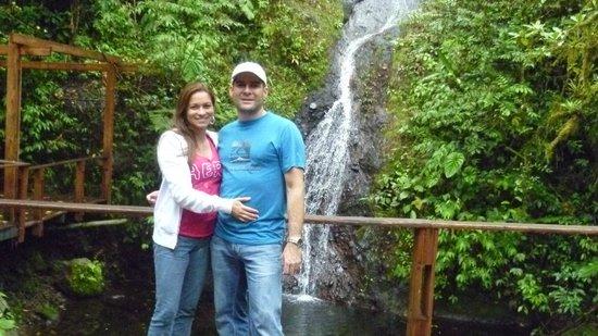 Hotel Quelitales: Mi esposa y yo en la Catarata Doña Ana