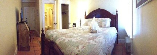 Santa Paula Inn B&B: Small but cute, room #4