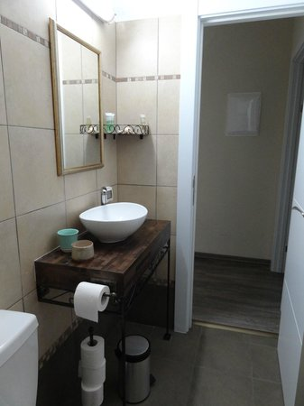 Zimmer Mantur: Bathroom, amenities in the shelf, hair dryer provided