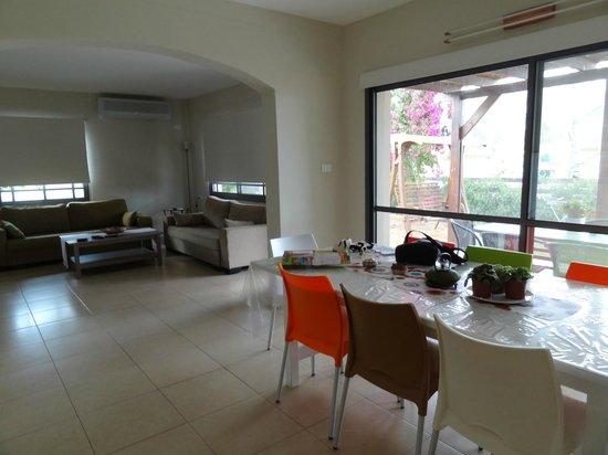 Zimmer Mantur: 2 bedroom dining & living room