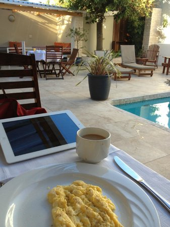 Little Scotia Guest House: breakfast outside