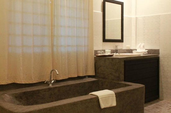 The Moon Boutique Hotel: Stone Bathtub