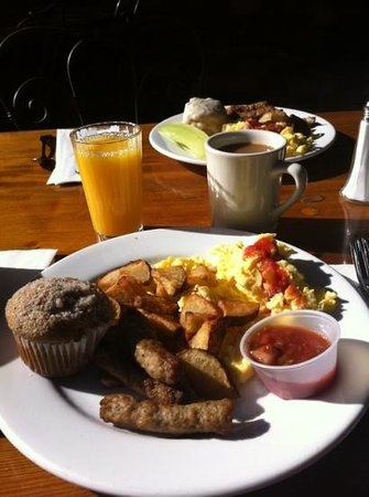Cambria Pines Lodge Restaurant : Yummy, not your typical continental breakfast!  Sooooo good!!!