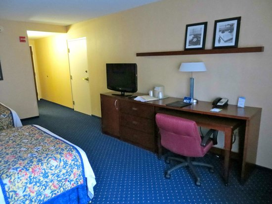 Quality Inn Revere: Very large desk area w/ pullout desk