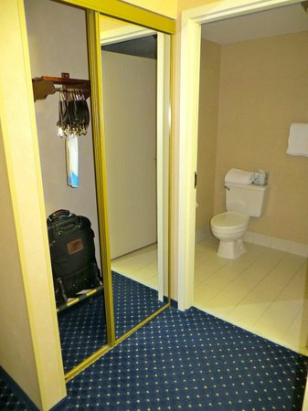 Quality Inn Revere: Poor closet design