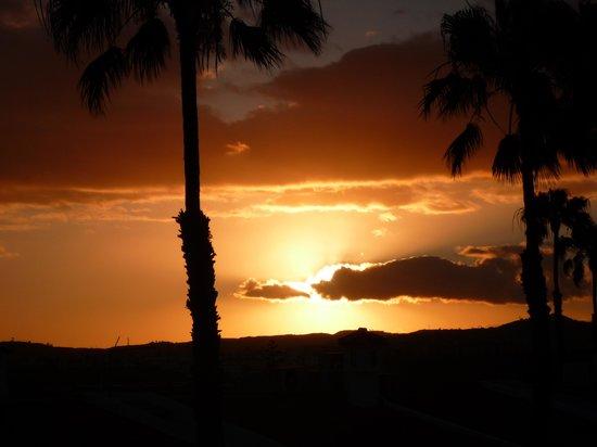 Augustino : coucher de soleil vu de la terrasse sur le toit