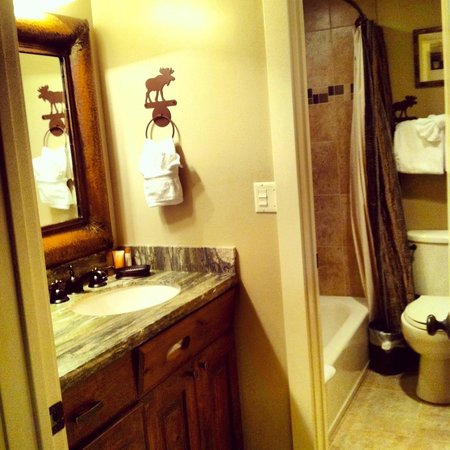 Shadow Ridge Resort Hotel: One of two bathrooms (both with tubs)