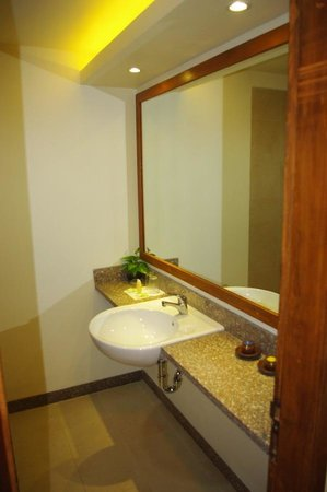 Nyiur Indah Beach Hotel : Bathroom