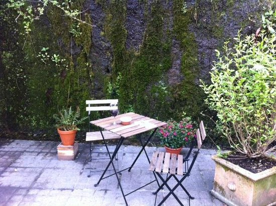 The Black Pig Winebar: back garden