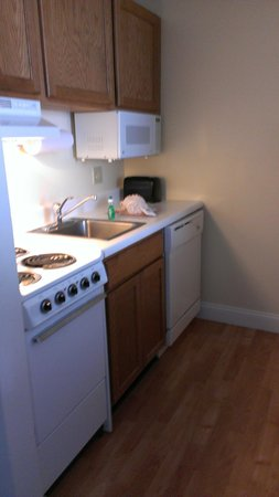 TownePlace Suites St. Louis Fenton: One side of kitchen