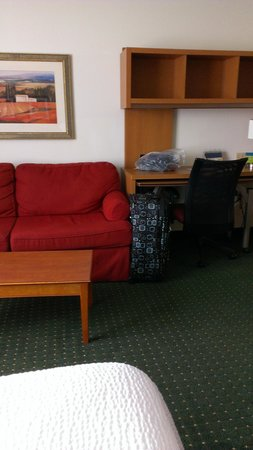 TownePlace Suites St. Louis Fenton: Desk and fold out couch