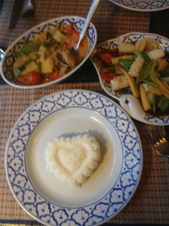Poonchai Thai Restaurant: Main courses with heart shaped rice. Nice touch!