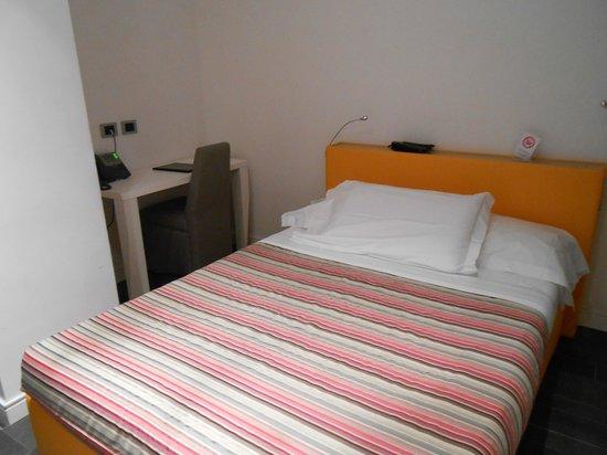 Hotel de Rome: Comfy bed and desk (room 102)