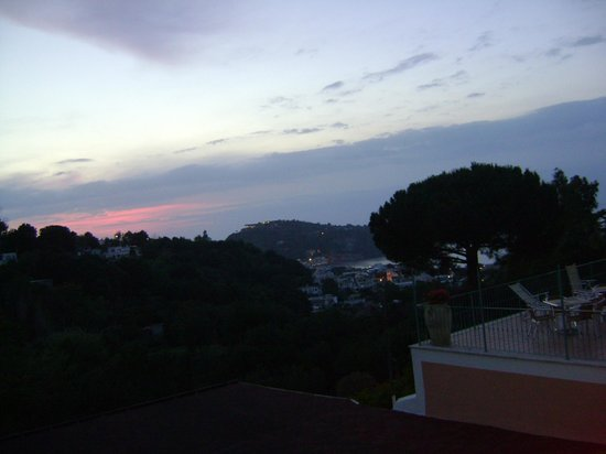 Hotel Terme La Pergola: questo è il panorama all'imbrunire da uno dei tanti terrazzi