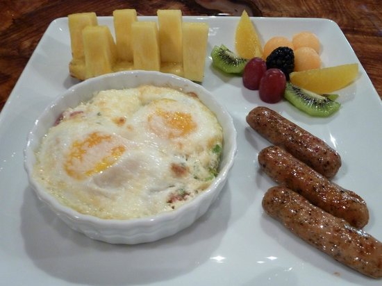 Arnold Black Bear Inn: basted eggs & chicken maple sausage